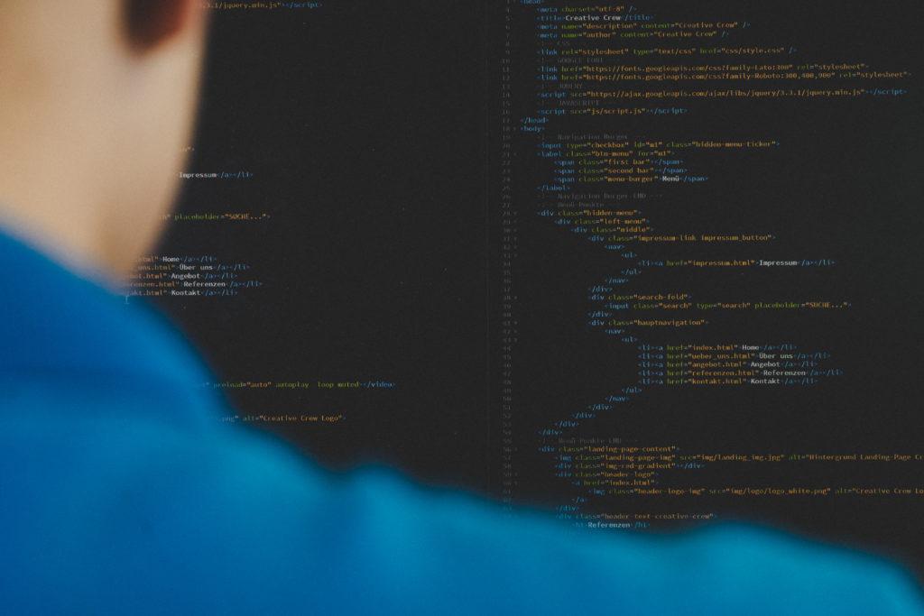 Ein Lernender am Code schreiben
